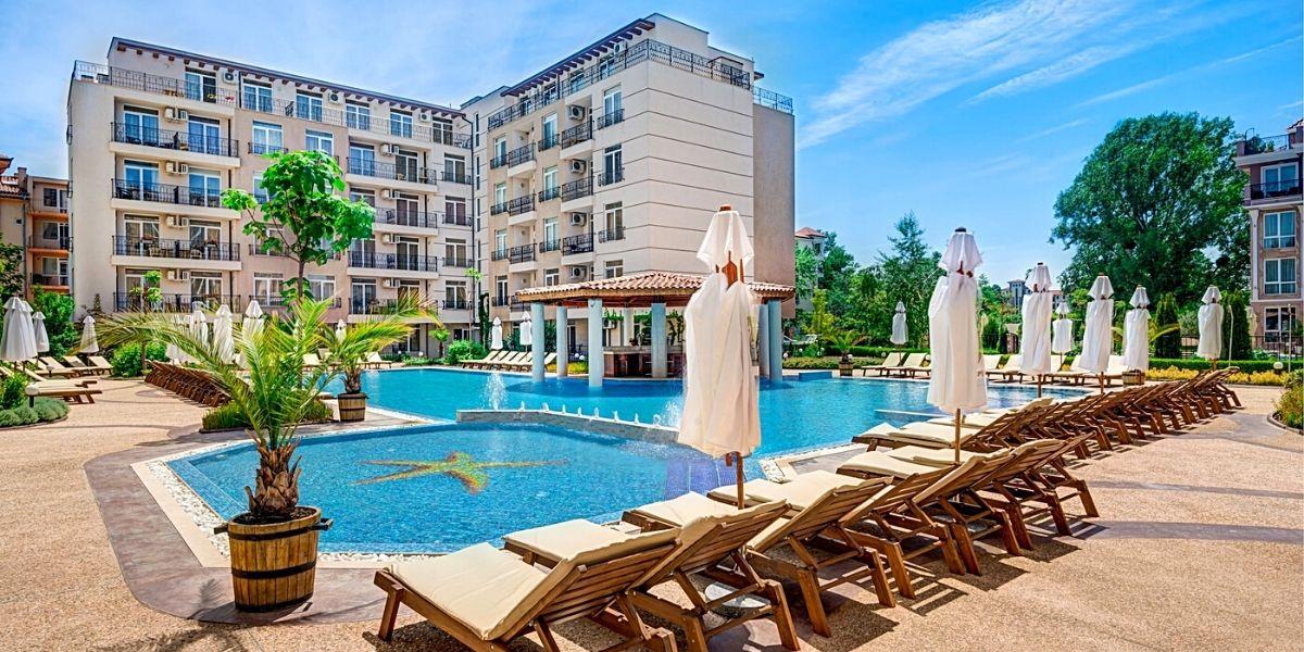 Територія готелю Aparthotel Dawn Park 3* (курорт Золоті Піски)