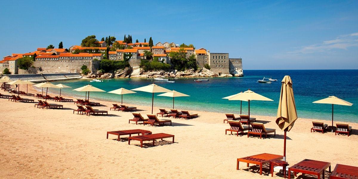 Вид на знаменитый остров-отель Свети-Стефан
