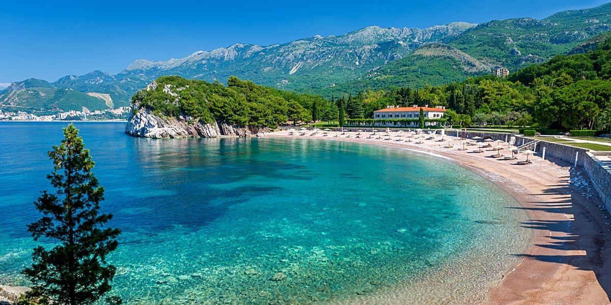 Живописный черногорский пляж с мелкой галькой